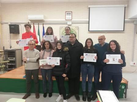 Entrega de premios en el concurso de marcapáginas con motivo del 25N